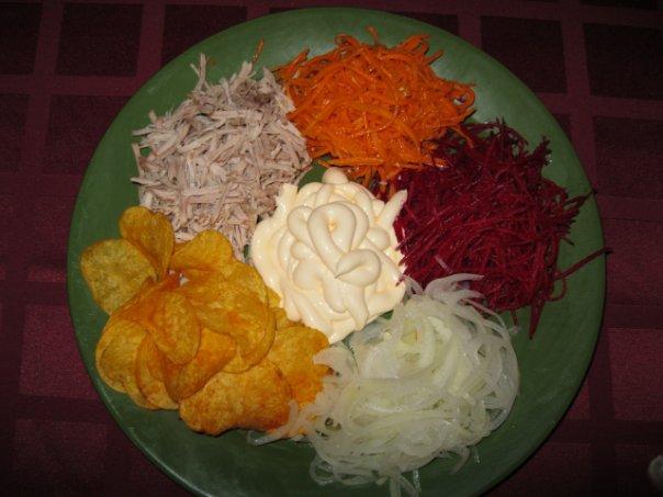 Салат ромашка с чипсами и колбасой рецепт