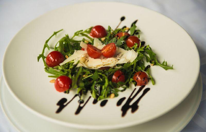 Салат с руколой и помидорами черри и сыром моцарелла