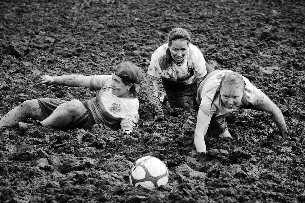 Возможность поиграть на болотном поле у Евгении Самылкиной и ее команды есть всего два раза в год — на российском чемпионате под Петербургом и в Финляндии. Остальное время тренируются на обычных футбольных полях