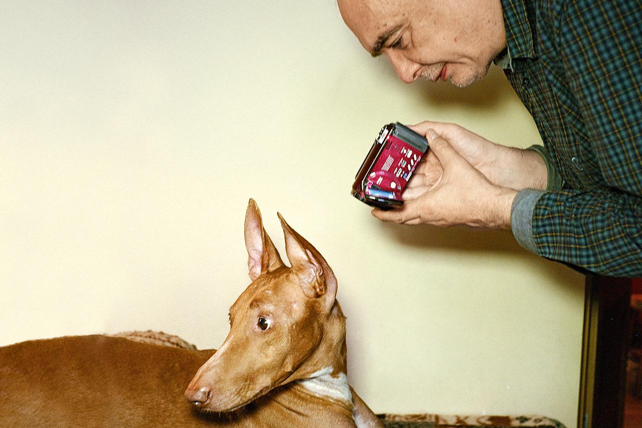 Андрей Монастырский не расстается с камерой (его автопортреты выставлялись в Вене в прошлом году) и с собакой по имени Салют, свидетельницей многих акций «Коллективных действий»