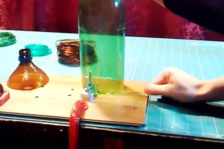 Бутылкорез — приспособление, позволяющее сделать из пластиковой бутыли длинную тонкую леску. Получившуюся нить можно использовать для рыбной ловли или в качестве термоусадочной ленты