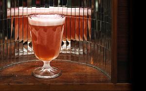 «Антикварный»: коктейли и пирожки в баре, который прячется в магазине мебели