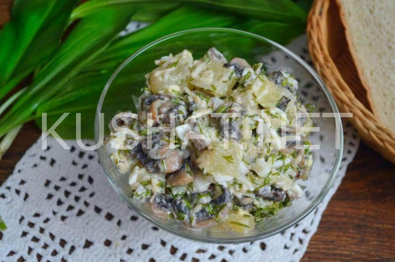 Салат с жареной курицей грибами и ананасами