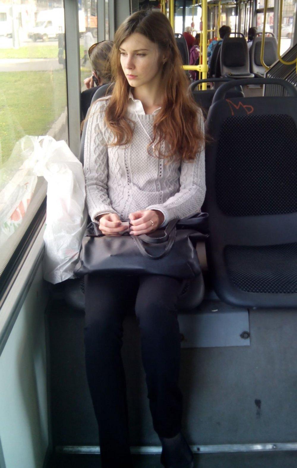 Показала в автобусе