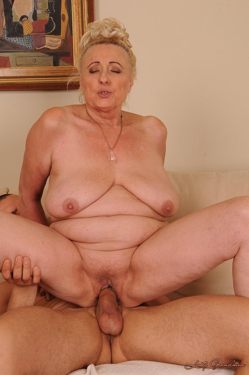 Порно пожилые женщины раздеваются