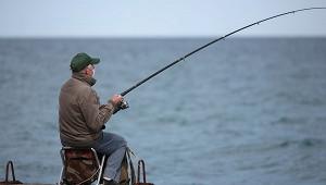 Рыбак поймал существо смножеством длинных черных ног