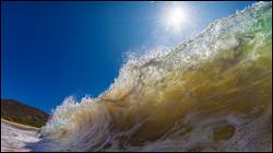 Мощная волна в Сочи накрыла россиян, позировавших у моря