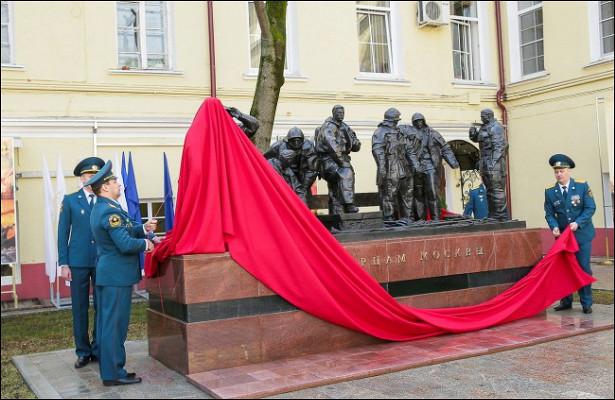 Встоличном Главке МЧСпрошло торжественное открытие первого памятника московским пожарным