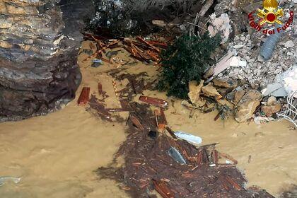 ВИталии почти двесотни гробов оказались вводе из-заобрушения скалы