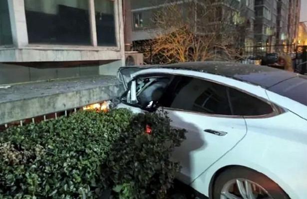 Водитель выпрыгнул находу изнеуправляемой Tesla Model S