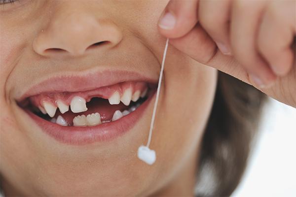 Что делать, если у ребенка болит зуб: лечение в домашних