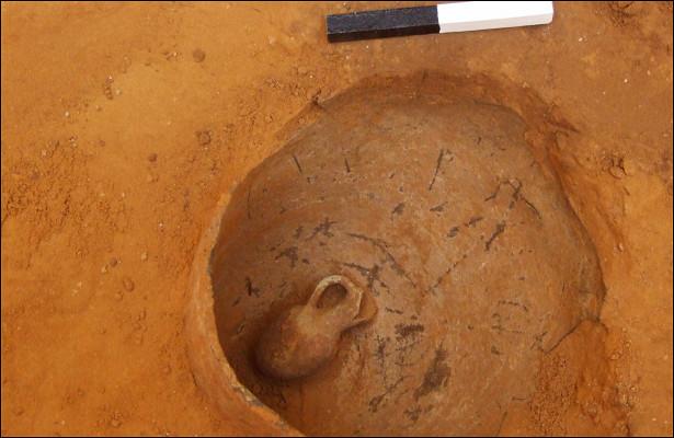 Археологи нашли вИзраиле древний сосуд соскелетом ребенка