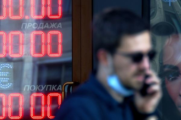Более 4 миллионов россиян стали невыездными из-за долгов