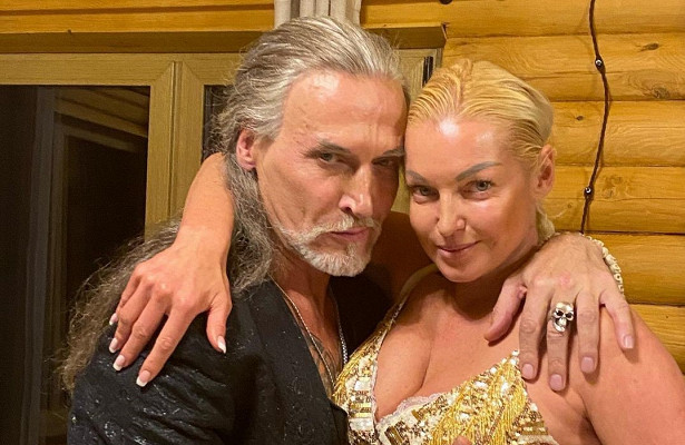 Безголосая: Джигурда опустил запевшую Волочкову, пытаясь ееподдержать