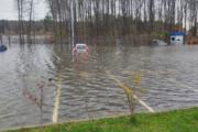 Десятки автомобилей затопило покрышу наводнением прямо напарковке вСестрорецке