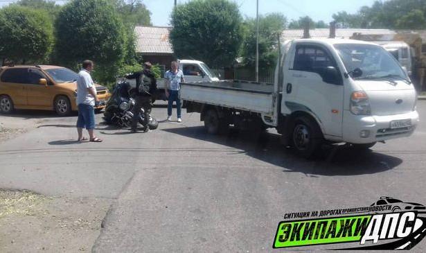 ВПриморье мотоциклист врезался вавто, которое буксировало другую машину