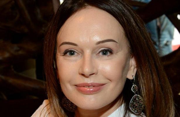 52-летняя Ирина Безрукова появилась напублике вэффектном сверкающем костюме