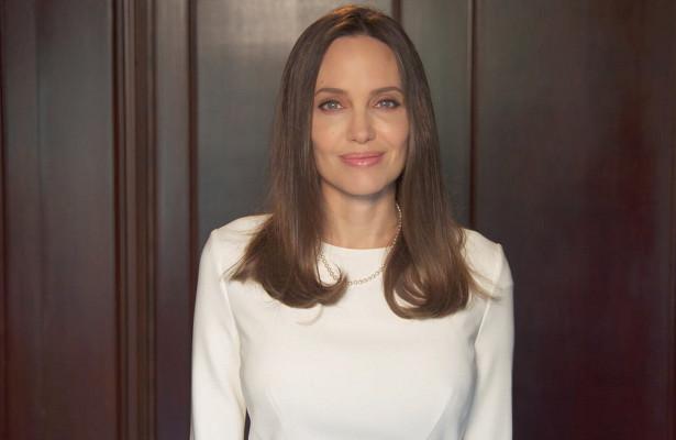 Анджелина Джоли сменила черные бесформенные наряды наоблегающие платья