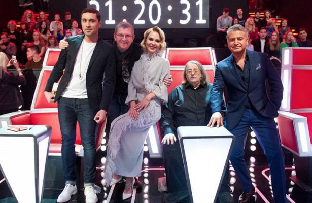 Второй четвертьфинал шоу«Голос»: Лаврентьев запел нафранцузском, аперепевшие Линду участницы показали прическу-гнездо