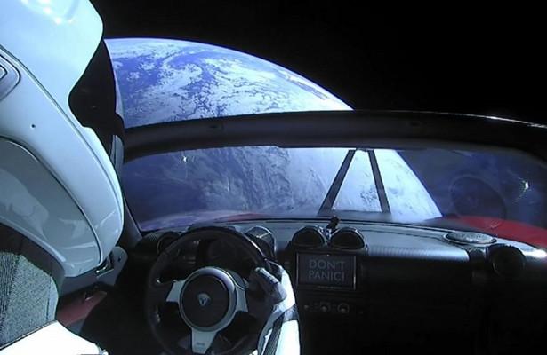 Родстер Tesla разлагается вкосмосе