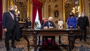 Байден запервый часвБелом доме отменил рядрешений Трампа