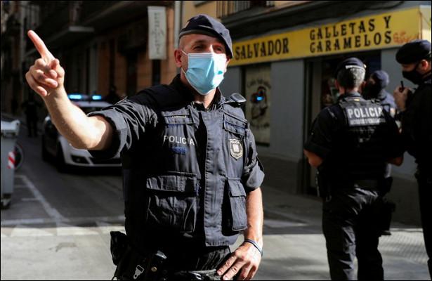 ВБарселоне мужчина угрожал полицейским ножом
