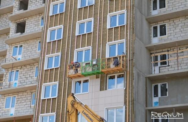 ВМоскве рабочий выжил припадении строительной люльки