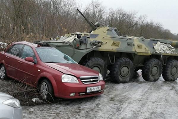Росгвардейцы наБТРврезались вавтомобиль россиянки