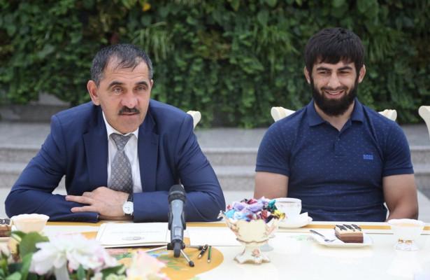 Ингушскому борцу, выступавшему вРиозаКиргизию, вручили народине премию ичасы