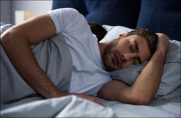 Вредные привычки вызывают потоотделение восне