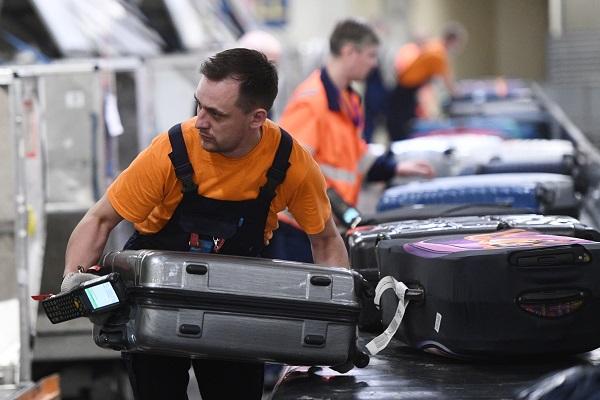 Грузчики ваэропорту Сочи раскидали чемоданы ипопали навидео&nbsp