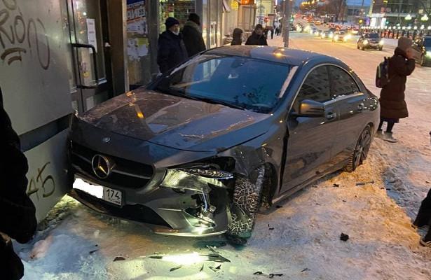 Машина врезалась востановку слюдьми вЕкатеринбурге