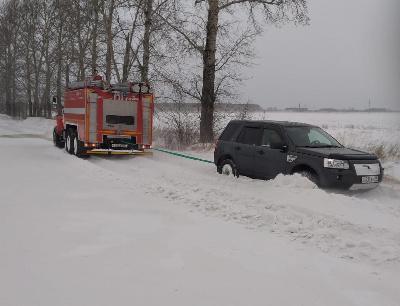 Надороге подСерышевом автомобиль полностью засыпало снегом