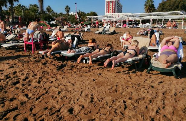 ВАнталье туристы продолжают купаться изагорать