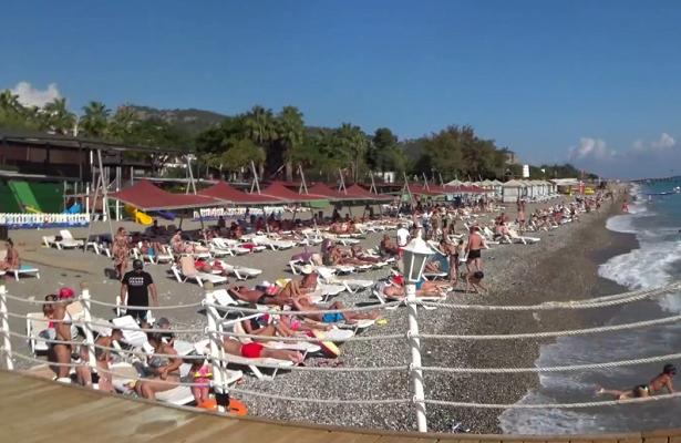 Переполненные пляжи вТурции сняли навидео