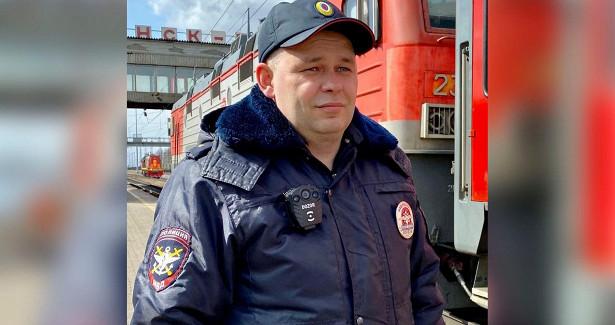 Сотрудник транспортной полиции оказал помощь погорельцам изКанска