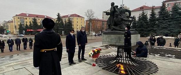Посол Японии почтил память воинов набрянской «Партизанской поляне»