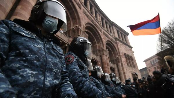 ВЕреване начался митинг заотставку Пашиняна