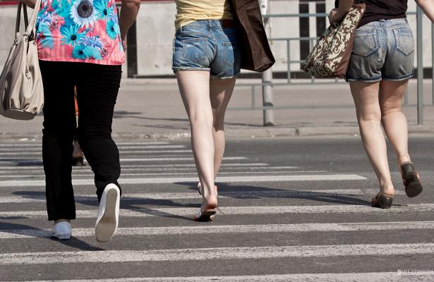 Женщина попала подмашину припопытке перейти дорогу наПетухова