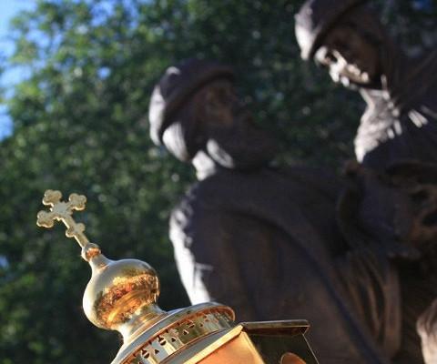 ВСредней Ахтубе открыли памятник Петру иФевронии, спасающий отразводов