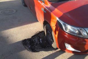 ВКудрово автомобиль чуть непровалился вобразовавшуюся васфальте яму