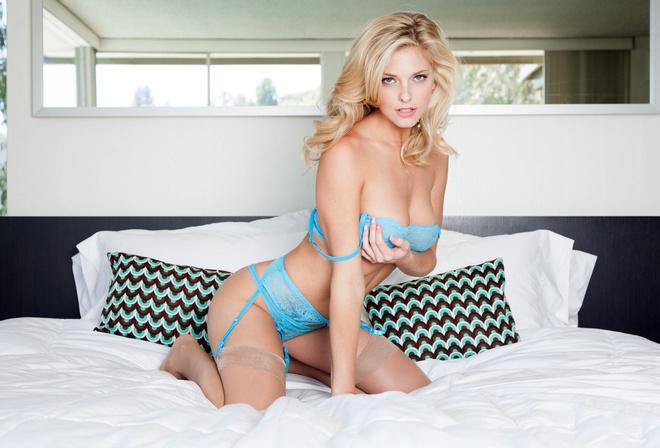 Фото девушек блондинок в эротическом белье