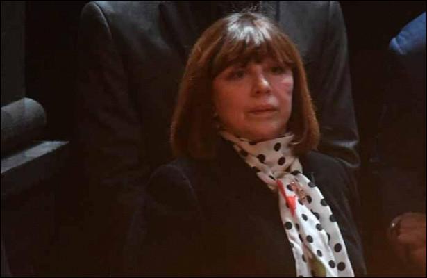 Наталья Варлей вчерном наряде сбелым воротником иманжетами очаровала своим видом в73года