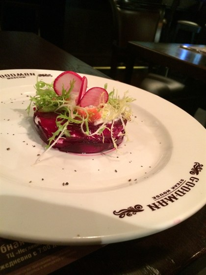 Ресторан Goodman - фотография 1 - салат из свеклы с козьим сыром  Летнее меню