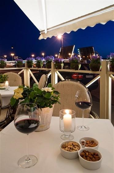 Ресторан Миндаль - фотография 9 - Отличная терасса с видом на мосты