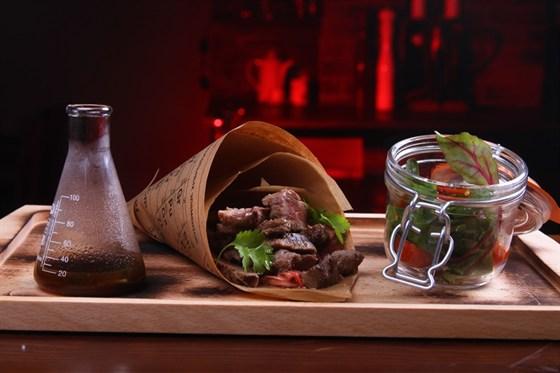 Ресторан Funky Lab - фотография 29 - Рубленный стейк из говяжьей вырезки с салатом из овощей, соусом демиглас с мятой и алко-таблицей Емцова-Менделеева