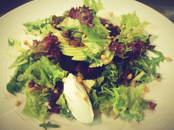 Ресторан Graf-in - фотография 26 - Легкий салат с козьим сыром, сочными листьями Фризе и свеклой, запеченной с прованскими травами, украшенный кедровыми орешками и ягодами.