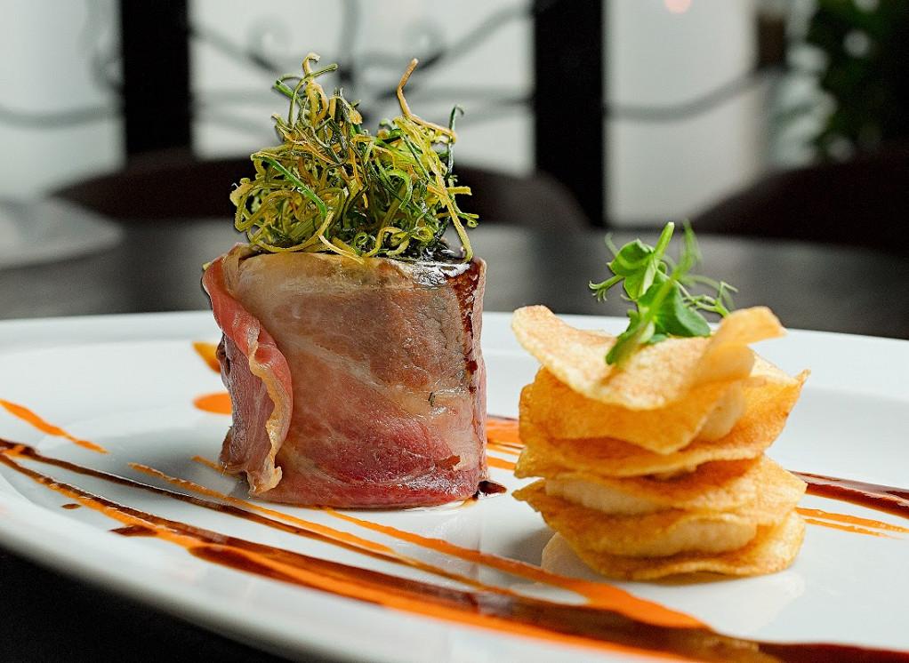 Ресторан Де Марко - фотография 45 - Кролик,запеченный с пармой и мильфеем из картофеля