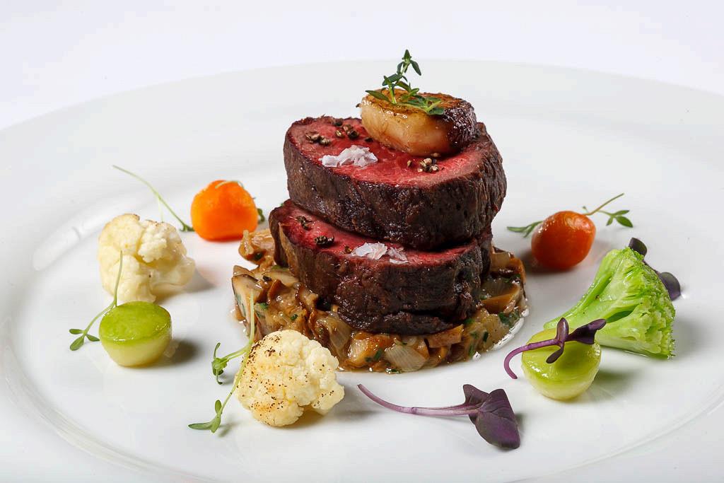 Ресторан G.Graf - фотография 19 - Вырезка говяжья слегка подкопчённая с мозговой косточкой, сезонными овощами и соте из лука с грибами