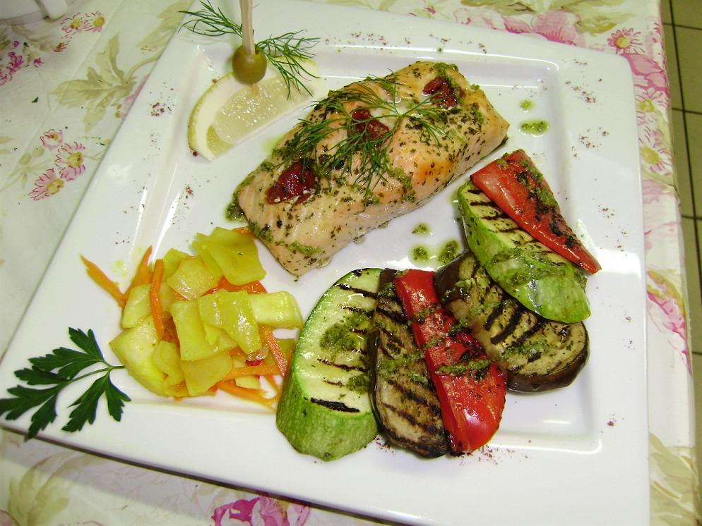 Ресторан Атриум - фотография 31 - Филе лосося запечённое с базиликом и вялеными томатами и овощи гриль